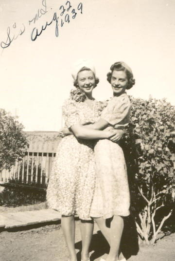 Sisters_in_dresses_2